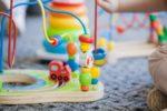 dziecko z edukacyjną zabawką