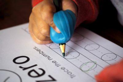 ręka dziecka pisze